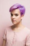 桃红色淡色看的照相机的紫罗兰色短头发的妇女 库存照片