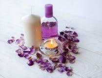 桃红色温泉背景 蜡烛,桃红色玫瑰 免版税图库摄影