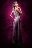 桃红色烟背景的美丽的妇女  免版税库存图片