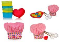 桃红色烹调帽子,有多彩多姿的样式、心脏、花和猫头鹰的 曲奇饼的心脏模子在红色 扫生泡沫 免版税图库摄影