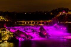桃红色照明的莱茵瀑布 图库摄影