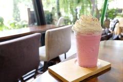 桃红色牛奶冷的饮料为那么可口的夏天,甜冷的草莓新鲜的牛奶和面包与蓬松打好的奶油 免版税图库摄影