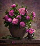 桃红色牡丹美丽的花束 库存图片