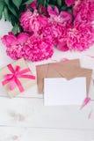 桃红色牡丹花和空标识符在年迈的木背景 与拷贝空间的顶视图 母亲节或妇女天 库存照片