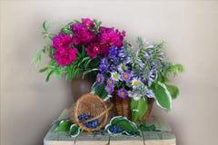 桃红色牡丹花束在一个花瓶的在桌上 库存照片