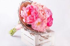 桃红色牡丹花束在白色的wodden箱子 与五颜六色的花的静物画 新鲜的牡丹 安置文本 花概念 Fres 库存照片