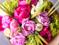 桃红色牡丹花束在白色的wodden箱子 与五颜六色的花的静物画 新鲜的牡丹 安置文本 花概念 Fres 免版税库存照片