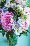 桃红色牡丹,玫瑰,南北美洲香草美丽的花束在白色窗口基石,奶油色颜色背景的花瓶开花 春天 免版税库存照片