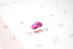 桃红色玩具汽车, 2月14日的一个微型公园在日历 库存照片