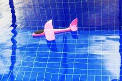 桃红色玩具飞机游泳场没人 图库摄影