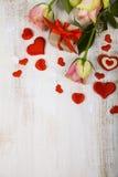 桃红色玫瑰、礼物和心脏 免版税库存图片