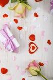 桃红色玫瑰、礼物和心脏 免版税图库摄影