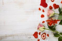 桃红色玫瑰、礼物和心脏 免版税库存照片