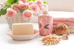 桃红色玫瑰、肥皂、毛巾和贝壳安排 免版税图库摄影