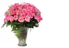 桃红色玫瑰。在白色隔绝的玻璃花瓶的巨大的花束 免版税库存照片