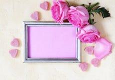 桃红色玫瑰为华伦泰假日开花,文本的框架 库存照片
