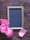 桃红色玫瑰为华伦泰假日开花,文本的框架 免版税库存图片