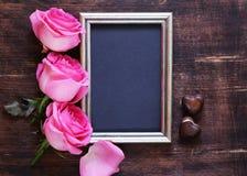 桃红色玫瑰为华伦泰假日开花,文本的框架 免版税图库摄影