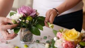 桃红色玫瑰可爱的花束在一个小花瓶的在一个美丽的女孩的手上 HD 库存图片