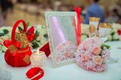 桃红色玫瑰和婚戒婚礼花束在一张木桌上 复制空间 婚礼、党、的爱和的家庭的概念 库存图片