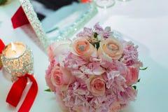 桃红色玫瑰和婚戒婚礼花束在一张木桌上 复制空间 婚礼,党,爱的概念和 库存照片