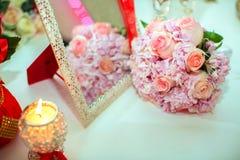 桃红色玫瑰和婚戒婚礼花束在一张木桌上 复制空间 婚礼,党,爱的概念和 库存图片