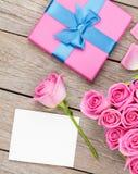 桃红色玫瑰和情人节贺卡或照片框架和g 免版税库存图片