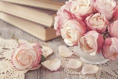 桃红色玫瑰和旧书 免版税图库摄影