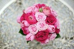 桃红色玫瑰和牡丹葡萄酒花束 库存照片