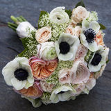 桃红色玫瑰和白色银莲花属和桃红色毛茛属花束  免版税库存图片