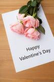 桃红色玫瑰和礼品券消息 图库摄影
