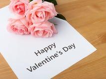 桃红色玫瑰和礼品券消息 库存图片
