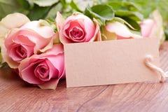 桃红色玫瑰和礼品券 免版税库存照片