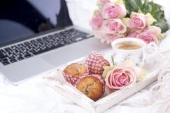 桃红色玫瑰咖啡和花束在床、浪漫史和舒适上 古色古香的企业咖啡合同杯子塑造了新鲜的早晨好老笔场面打字机 早餐在河床上 复制空间 库存图片