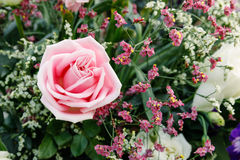 桃红色玫瑰在花花束安排了  库存照片