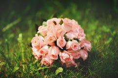 桃红色玫瑰婚礼花束。 免版税库存图片