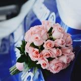 桃红色玫瑰婚礼花束。 免版税库存照片