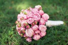 桃红色玫瑰婚姻的新娘花束  免版税库存照片