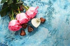桃红色玫瑰开花,文本的华伦泰的框架和心脏 库存照片
