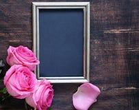 桃红色玫瑰开花,文本的华伦泰的框架和心脏 图库摄影