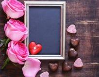桃红色玫瑰开花,文本的华伦泰的框架和心脏 免版税库存照片
