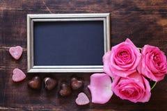 桃红色玫瑰开花,文本的华伦泰的框架和心脏 免版税图库摄影