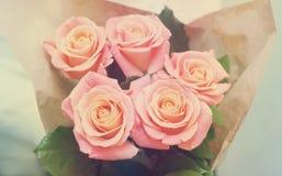 桃红色玫瑰柔和的口气花束  图库摄影