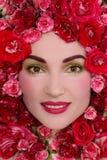 桃红色玫瑰的女孩 免版税库存图片