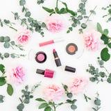 桃红色玫瑰的样式开花与玉树分支和化妆用品:唇膏,阴影,在白色背景的染睫毛油 平的位置,上面 库存图片