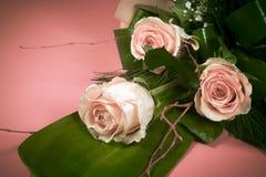 从桃红色玫瑰的花花束 库存照片