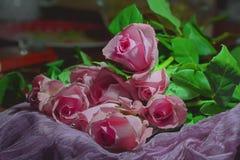 桃红色玫瑰秀丽花束  图库摄影
