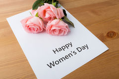 桃红色玫瑰花束与愉快的妇女天消息的 库存图片