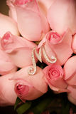 桃红色玫瑰花束和银M 免版税库存照片