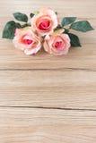 桃红色玫瑰花束在布朗木背景的 免版税图库摄影